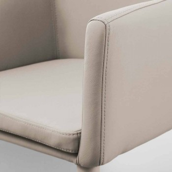 Chair with metal armrests covered in Carlina eco-leather